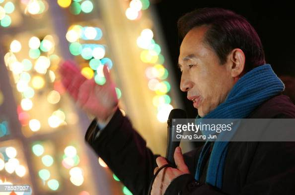 Presidential candidate Lee MyungBak of the conservative main opposition Grand National Party takes to the downtown streets as he begins his...
