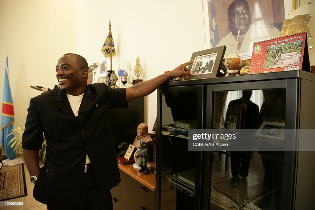 Presidential Elections In The Democratic Republic Of Congo. Le président Joseph KABILA dans son bureau au palais de la Nation, à Kinshasa, à deux jours du deuxième tour des élections présidentielles, pour lesquelles il est donné favori face à Jean-Pierre Bemba. Il montre une photo de son père Laurent-Désiré Kabila, assassiné le 16 janvier 2001.