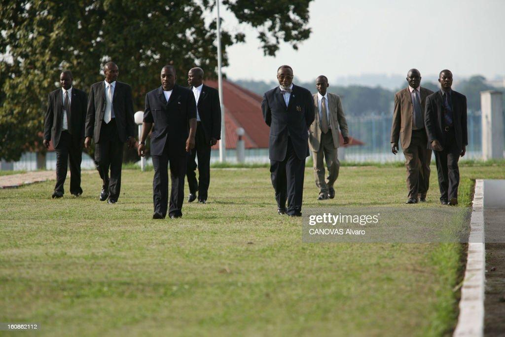 Presidential Elections In The Democratic Republic Of Congo. Le président Joseph KABILA avec des collaborateurs et des gardes du corps dans les jardins du palais de la Nation, à Kinshasa, deux jours avant le deuxième tour des élections présidentielles, où il est donné favori face à son rival Jean-Pierre Bemba.