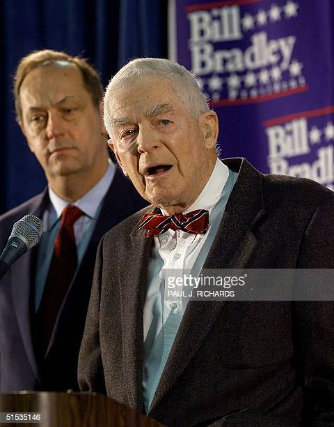 Presidential hopeful former US Senator Bill Bradley is endorsed by former Watergate Special Prosecutor Archibald Cox 18 December 1999 at a rally in...