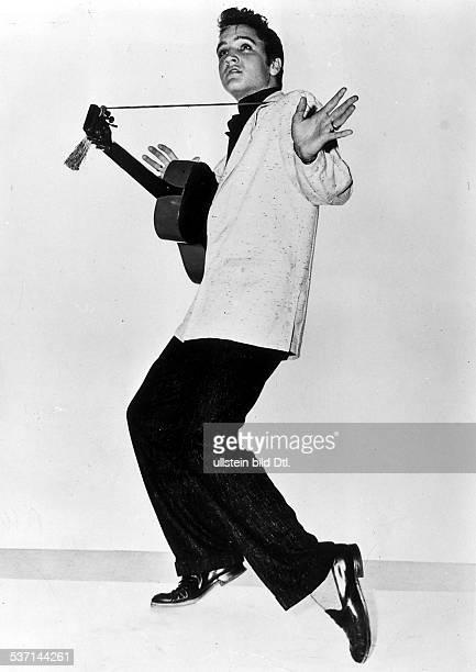 Presley Elvis Saenger Schauspieler USA Ganzkoerperaufnahme in Pose