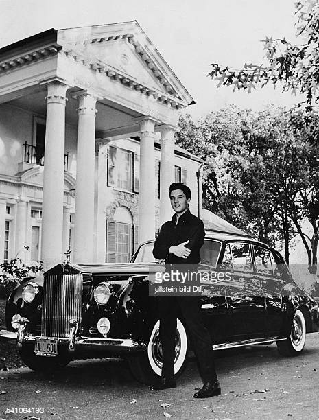 Presley Elvis*Singer actor USA Elvis with Rolls Royce in front of his villa 'Graceland' in Memphis Tennessee