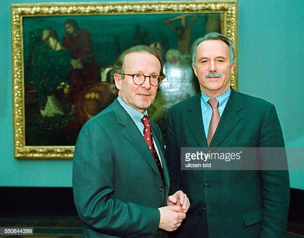 Pressekonferenz Wiedereroeffnung der Alten Nationalgalerie links Peter Klaus Schuster Generaldirektor der Staatlichen Museen zu Berlin und der...