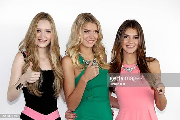 Pressetermin Germanys next Topmodel mit den drei Finalistinnen der neunten Staffel vl Ivana Teklic Jolina Fust 17 Jahre aus Hamburg 180 cm