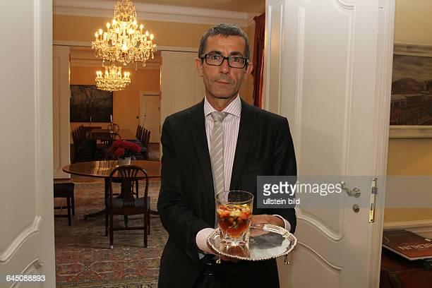 Pressetermin in der Residenz des Britischen Botschafters anlässlich der Queen`s Birthday Party Ralf Müller Residenz Manager präsentiert die Getränke...