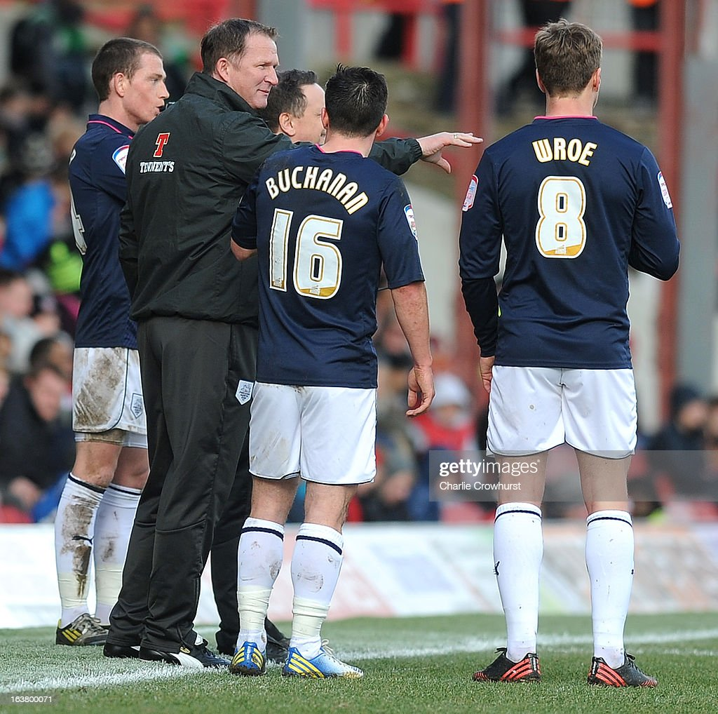 Preston manager <a gi-track='captionPersonalityLinkClicked' href=/galleries/search?phrase=Simon+Grayson&family=editorial&specificpeople=2595100 ng-click='$event.stopPropagation()'>Simon Grayson</a> talks to his players during the npower League One match between Brentford and Preston North End at Griffin Park on March 16, 2013 in London, England,