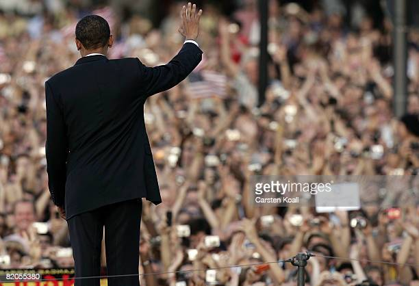 Presumptive US Democratic presidential candidate Sen Barack Obama waves to crowd after speaking in front of the Siegessaeule at the Grosser Stern in...