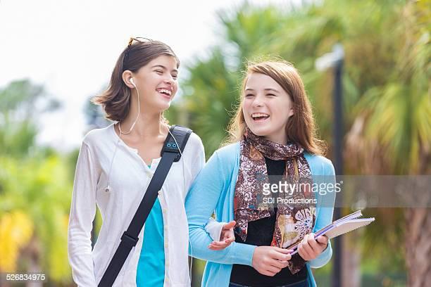 Preteen migliori amici a piedi Fermata autobus prima di scuola