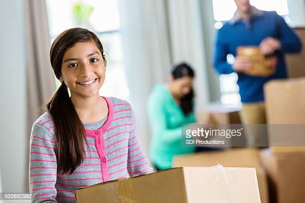 Der teen Mädchen hält Karton im neuen Zuhause