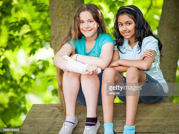 Pré-Adolescentes Jovens no parque infantil