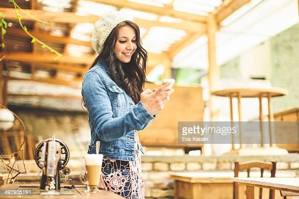 Hübsche, junge designer in einem coffee shop