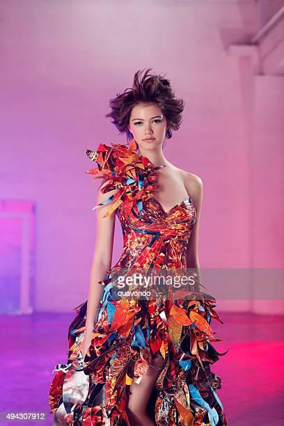 Hermosa asiática, modelo de moda en el vestido de papel Multicolored