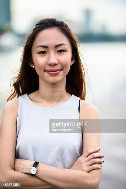 可愛らしいアジアの女性屋外で立つ