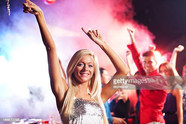 Bonita rubia bailando en la discoteca club.
