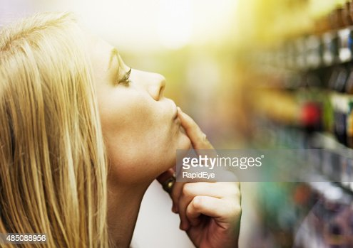Bonitos loura, Dedo nos Lábios, choosng produtos de supermercado prazo de