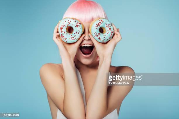 Hübsche Blondine mit bunten donuts