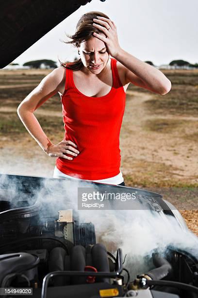 Pretty brunette desesperado después de coche avería en un Embarcadero desierto de