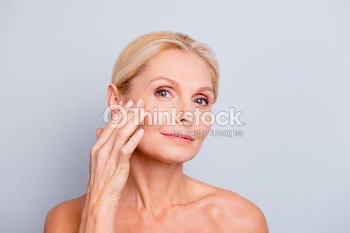 かなり、魅力的な魅力的な女性に触れて、彼女の完璧な顔の肌を楽しんでいる、油を塗った、頬にきび、ツブ貝、膿疱、乾燥、上に指を保持問題肌の概念、灰色の背景に分離 : ストックフォト