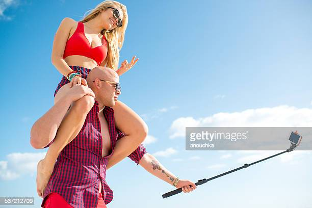 Bastante pareja utilizando autofoto stick, Miami Beach