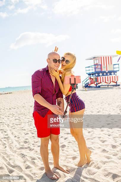 Joli Couple à l'aide d'une autophoto stick, à Miami Beach