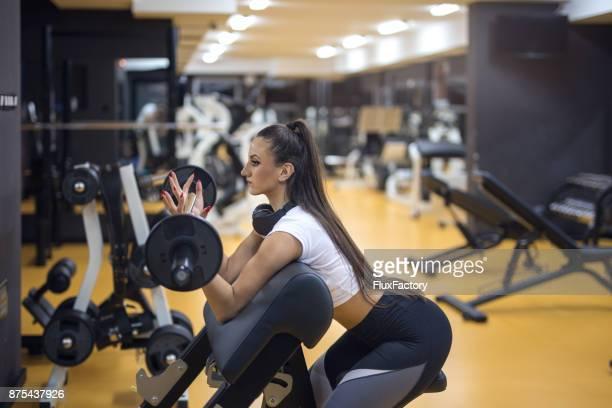Hübsche Frau tun Krafttraining im Fitnessstudio