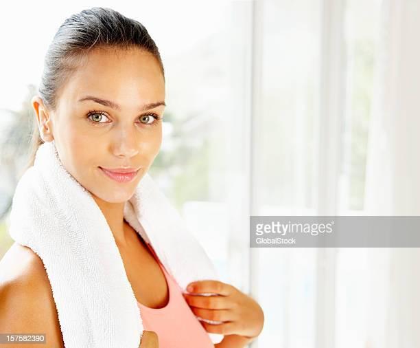 Jolie femme pendant une pause-café de la salle de sport