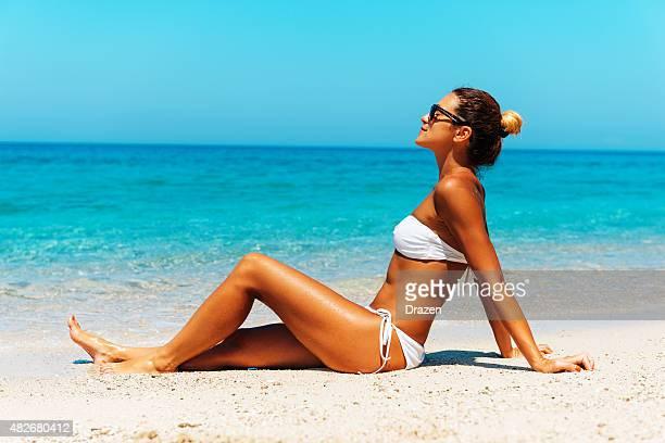 Schöne fit Frau in weißem bikini Sonnenbaden auf Malediven Strand