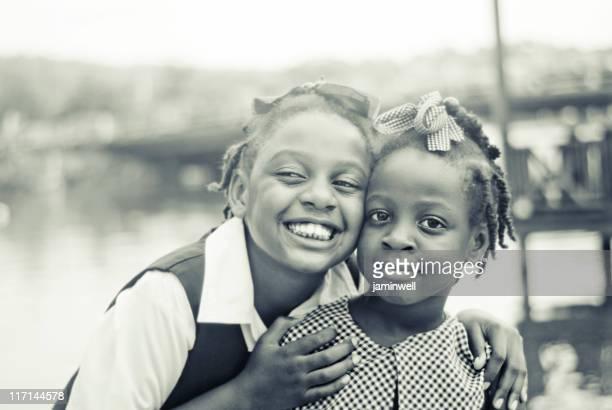 Jolie fille et soeurs portrait en monochrome