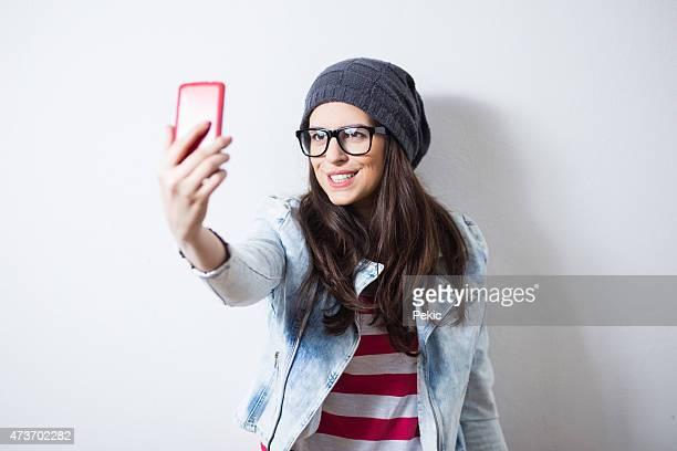 Jolie fille en prenant une autophoto bas et en face de canard
