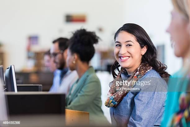 Schöne Hispanic Frau mittleren Alters ist die college-computer-Klasse
