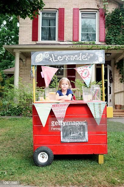Hübsches kleines Mädchen und Ihr Limonadenstand.