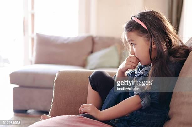 Hübsches kleines Mädchen vor dem Fernseher auf der Sofa