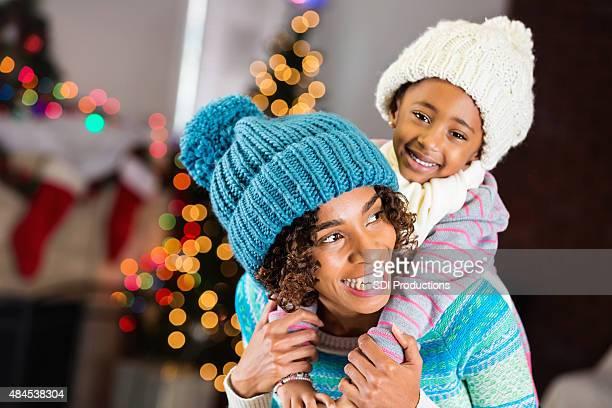 Bonita Madre e hija usando ropa de invierno Navidad