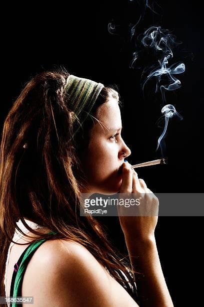 Hübsche pot Kopf durchdacht Rauchen Haschisch gemeinsame.