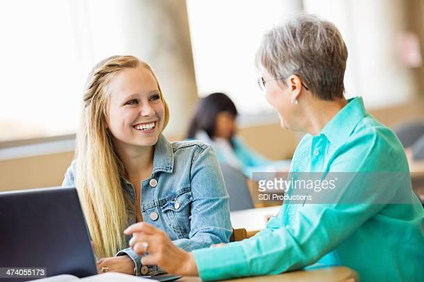 Jolie teen étudiant être tutored de femme âgée
