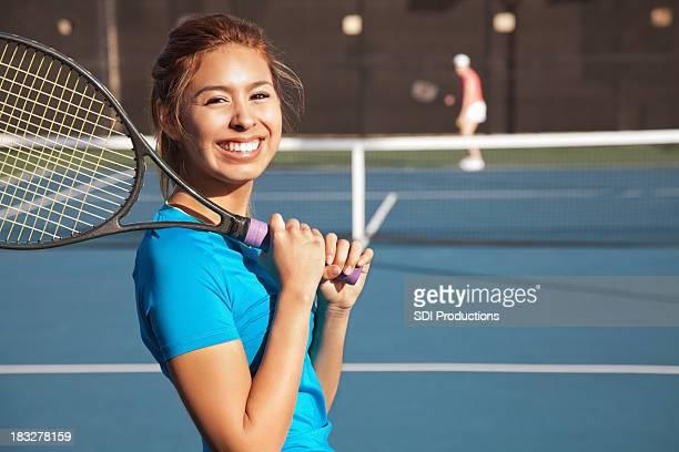Hermosa adolescente jugando un partido de tenis