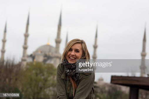 Pretty traveller woman - Blue mosque (Sultanahmet) in the background : Stock Photo