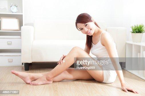 美しい女性はクリーム色の上の魅力的なレッグ : ストックフォト