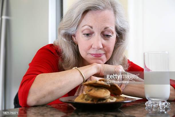Bella donna sognare di mangiare biscotti e latte