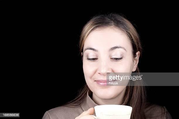 可愛らしいを持つ女性のコーヒー