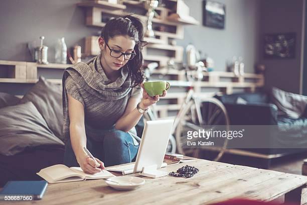 Hübsche Frau, die arbeitet in einem café