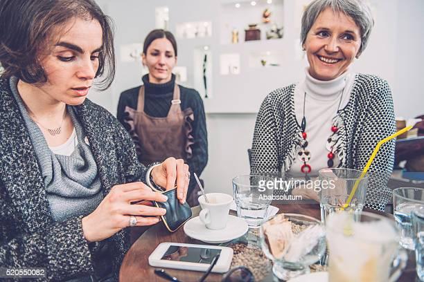 Bella donna di pagamento Bill per caffè, caffè, Trieste, Europa