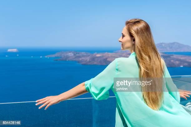 Jolie femme & volcan & mer