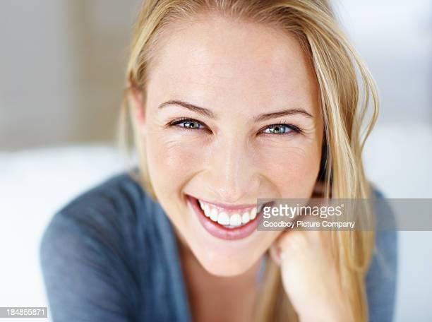 Hübsche Frau mit einem freundlichen Lächeln