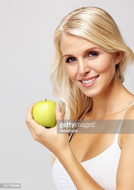 Jolie femme avec apple