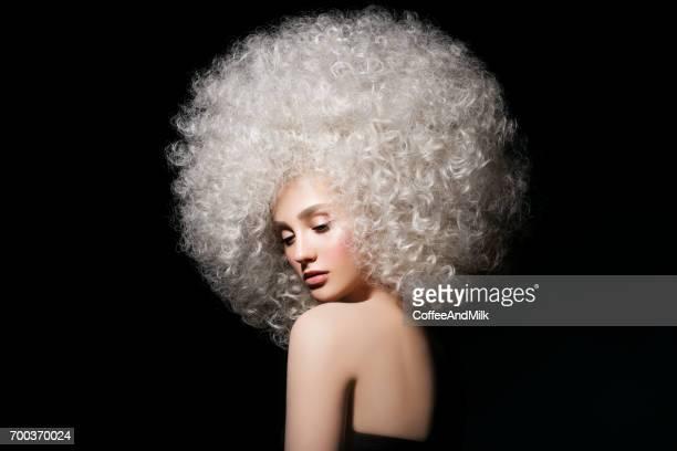 Hübsche Frau mit extravaganten Frisur