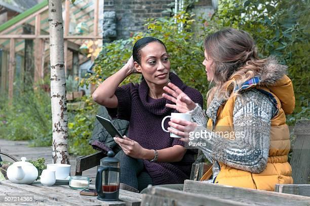 Jolie femme avoir un thé dans le jardin urbain de la ville de Londres