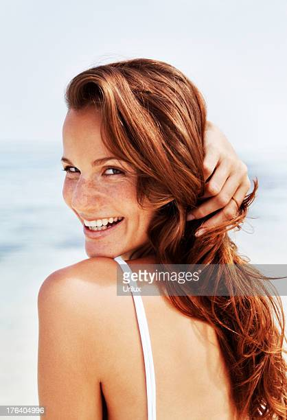 Hübsche, junge Mode model posieren am Strand