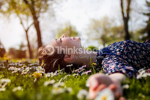 Hübsche junge Teenager-Mädchen entspannenden auf dem Rasen : Stock-Foto