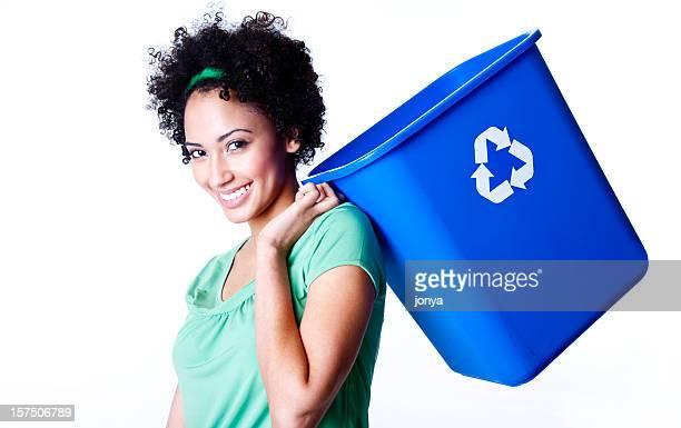 Jolie jeune femme porter et poubelle de recyclage par-dessus son épaule